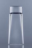 Das leere Schnapsglas umgedreht auf dem Glas mit Reflexion Stockbilder