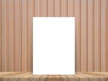 Das leere weiße Plakat, das an der tropischen hölzernen Tischplatte mit hölzerner Wand der Planke sich lehnt, verspotten herauf H lizenzfreies stockfoto