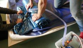 Das Leeren eines PVCs waterbed Matratze lizenzfreies stockbild