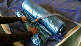 Das Leeren eines PVCs waterbed Matratze stockbilder