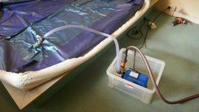 Das Leeren eines PVCs waterbed Matratze stockfoto