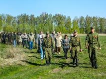 Das Legen von Kränzen am Grab von gefallenen Soldaten und von Gedenkveranstaltung kann 9, 2014 in der Kaluga-Region (Russland) Lizenzfreie Stockfotografie