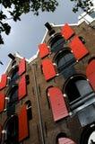 Das Lehnen der Häuser mit Hebemaschine hebt Amsterdam an lizenzfreies stockbild