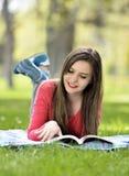 Das Lesen in der Natur ist mein Hobby Lizenzfreies Stockbild