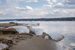 Das letzte Eis auf dem Fluss Stockbild