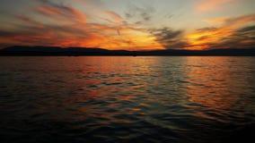 Das letzte Glühen der untergehender Sonne über Meer Stockbild