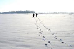 Das Leute gehende ? zum zu schneien Stockfotos