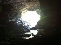 Das Licht am Ende der Höhle Stockbilder