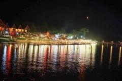 Das Licht von den Leuten war hinunter den Fluss lizenzfreies stockbild