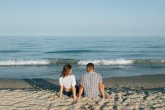 Das liebevolle Paar betrachtet einander, die hintere Ansicht Stockbilder