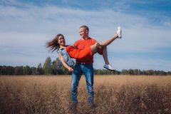 Das liebevolle Paar geht auf das Weizenfeld Stockfoto