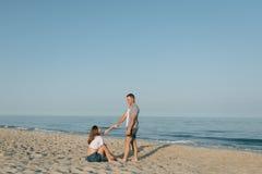 Das liebevolle Paar hält Hände in dem Meer Lizenzfreie Stockbilder