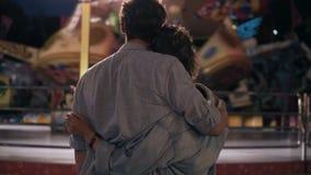 Das liebevolle Paar ist, betrachtend stehend und die leuchtende Anziehungskraft auf die angemessene Unterhaltung Greller Glanz de stock video