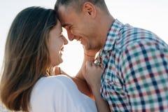 Das liebevolle Paare smeetsya, ein Abschluss oben Lizenzfreie Stockfotografie