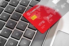 Das on-line-Einkaufen machte sicheres Konzept auf Tastatur Lizenzfreies Stockbild