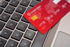 Das on-line-Einkaufen machte sicheres Konzept auf Tastatur Stockbild