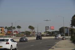 A380, das LOCKEREM Flughafen Los Angeles sich nähert. Stockbild