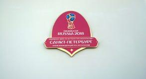 Das Logo der bevorstehenden Bündnisse Cup und Weltcup in Russland im Jahre 2018 auf der Wand des Stadions in St Petersburg Stockbild