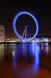 Das London-Auge angesehen von der Themse nachts Lizenzfreie Stockbilder