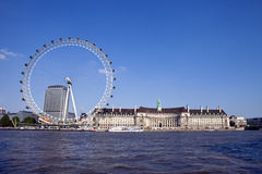 Das London-Auge, County-Halle und die Themse Stockbild