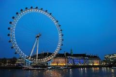 Das London-Auge an der Dämmerung Stockfoto