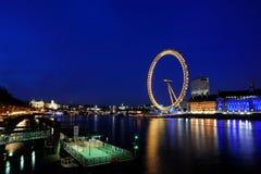 Das London-Auge an der Dämmerung Stockbild