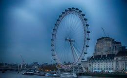 Das London-Auge an der D?mmerung stockbild