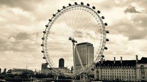 Das London-Auge in der Landschaft stockfotografie