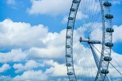 Das London-Auge gegen blauen Himmel und Wolken Stockbild