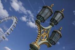 Das London Auge Londons - und ein Laternenpfahl lizenzfreie stockfotos