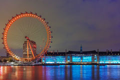 Das London-Auge am Südufer der Themses nachts in London, Großbritannien Lizenzfreies Stockbild