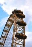 Das London-Auge und der blaue Himmel lizenzfreie stockfotografie