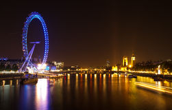 Das London-Auge und die Häuser des Parlaments Stockbilder