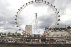 Das London-Augen-Riesenrad und die County-Halle auf der Themse London Lizenzfreies Stockbild
