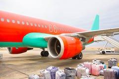 Das lose Gepäck, das in schmale Körperflugzeuge geladen wird stockbilder