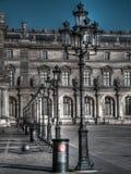 Das Louvre, das während des sonnigen Tages errichtet Lizenzfreie Stockfotografie