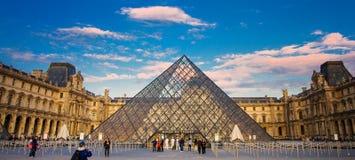 Das Louvre-Museum ist eins der Welt-` s größten Museen Stockfotos