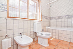 Das Luxusbadezimmer fasste keramischen Boden ein. lizenzfreies stockfoto