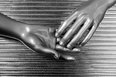 Das mãos aço futurista da prata do robô junto Imagens de Stock