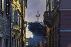 Das mächtige Schiff, das zur Stadt kommt Lizenzfreies Stockfoto