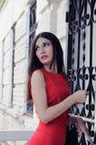 Das Mädchen öffnet durch einen Schlüssel eine Tür Stockfoto