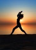 Das Mädchen übt Yoga. Lizenzfreie Stockfotos