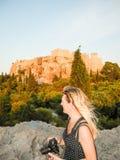 Das Mädchen auf dem Areopagus-Hügel stockfotos