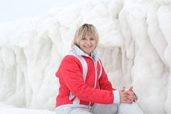 Das Mädchen auf dem Hintergrund des Eises stockfotos