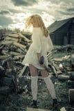 Das Mädchen auf dem Hintergrund des Holzes Lizenzfreie Stockbilder