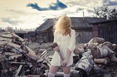Das Mädchen auf dem Hintergrund des Holzes Stockfotos