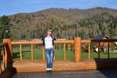 Das Mädchen auf dem Hintergrund von Bergen Stockfotos