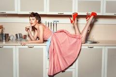 Das Mädchen auf dem Küchentisch stockfoto