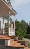 Das Mädchen auf dem Portal des alten Landsitzes Stockfoto