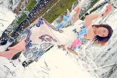 Das Mädchen auf dem Schwingen im Winterwald Stockfotografie